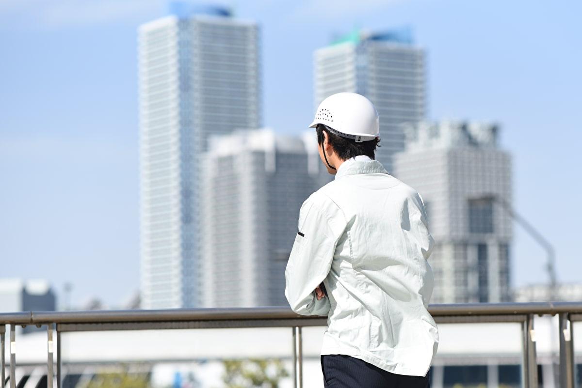 ビルを眺める軽作業スタッフ